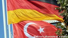 ARCHIV - Eine deutsche und eine türkische Fahne wehen am 21.09.2011 in Berlin. (zu dpa Streit zwischen Berlin und Ankara verschärft sich vom 03.03.2017) Foto: Jens Kalaene/dpa-Zentralbild/dpa +++(c) dpa - Bildfunk+++ | Verwendung weltweit