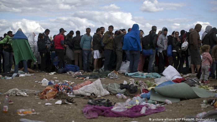 آلاف اللاجئين عبر المجر للوصول إلى المانيا في عام 2015
