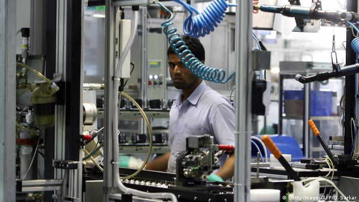 Indien Angestellte in einer Fabrik (Getty Images/AFP/D. Sarkar)