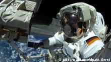 ARCHIV - HANDOUT - Der deutsche Astronaut Alexander Gerst arbeitet am 07.10.2014 an der Internationalen Raumstation ISS. Foto: Alexander Gerst/ESA/NASA (zu dpa Unternehmen will erste deutsche Astronautin insAll schicken vom 03.03.2016) ACHTUNG: Verwendung nur für redaktionelle Zwecke im Zusammenhang mit der Berichterstattung über die ISS und nur mit vollständiger Quellen-Angabe: Foto: Alexander Gerst/ESA/NASA +++(c) dpa - Bildfunk+++ |