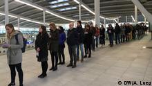 Wähler brauchen Geduld beim Wahllokal am Bahnhof Utrecht Niederlande Wahlen, Reportage aus Utrecht DW, Andrea Lueg, 15.03.2017