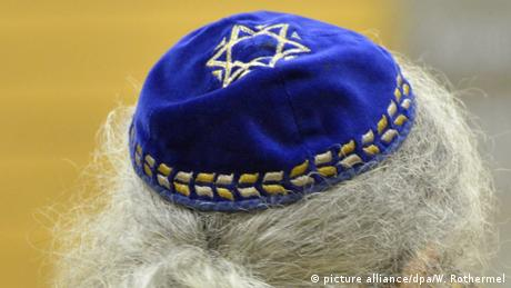 A yarmulke atop a man with gray hair (picture alliance/dpa/W. Rothermel)