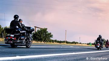 Mehrere Motorradfahrer fahren auf einer Landstraße
