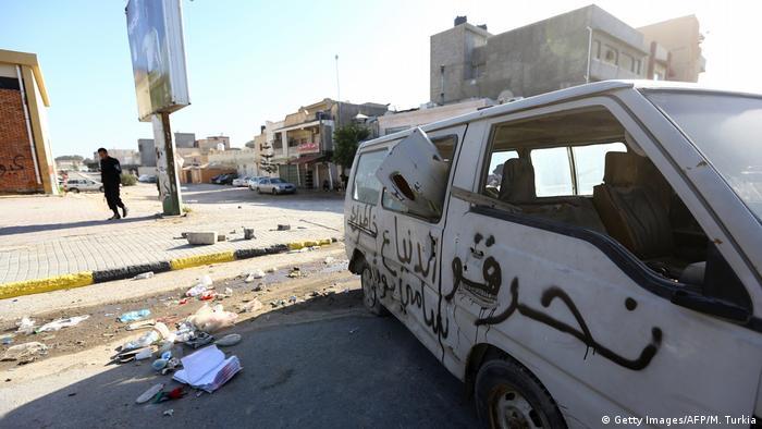 Libyen zerstörter Transporter in Tripoli (Getty Images/AFP/M. Turkia)