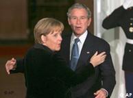 Merkel udn Bush begrüßen sich (Quelle: AP)
