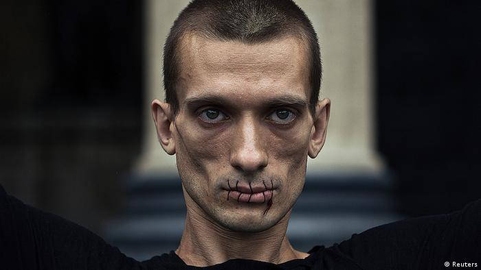 Pjotr Pawlenski demonstriert mit zugenähtem Mund gegen den Pussy-Riot-Prozess