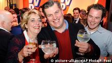 15.03.2017 Mitglieder der rechtsliberalen Partei VVD freuen sich am 15.03.2017 auf der Wahlparty in Den Haag (Niederlande) über den Sieg ihrer Partei. Die Partei von Rutte hat bei der Parlamentswahl den rechtspopulistischen Herausforderer Wilders klar abgewehrt. Nach Prognosen vom Mittwochabend deutete alles auf eine neue Regierung unter Ruttes Führung hin. Foto: Patrick Post/AP/dpa +++(c) dpa - Bildfunk+++