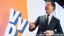 15.03.2017 Der amtierende Ministerpräsident und Wahlgewinner Mark Rutte freut sich am 15.03.2017 in Den Haag (Niederlande) bei einer Wahlparty seiner Partei VVD. Die rechtsliberale Partei von Rutte hat bei der Parlamentswahl den rechtspopulistischen Herausforderer Wilders klar abgewehrt. Nach Prognosen vom Mittwochabend deutete alles auf eine neue Regierung unter Ruttes Führung hin. Foto: Daniel Reinhardt/dpa +++(c) dpa - Bildfunk+++