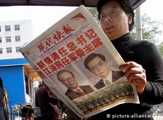 Chinese newspapers splash prominently photos of President Jiang Zemin and his successor Vice President Hu Jintao, at a news-stand in the eastern city of Nanjing, 16 November 2002. President Jiang Zemin loomed large in the Chinese media a day after he ceded the Communist Party chief's post to Hu Jintao while packing the new leadership line-up with allies and staying on as military head. dpa