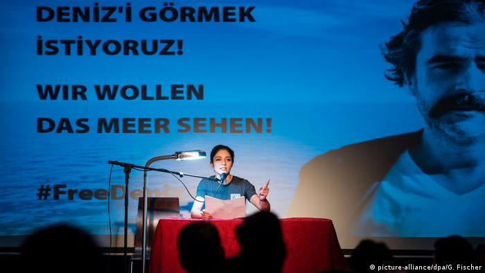 Solidarity event for Deniz Yücel in Berlin (picture-alliance/dpa/G. Fischer)