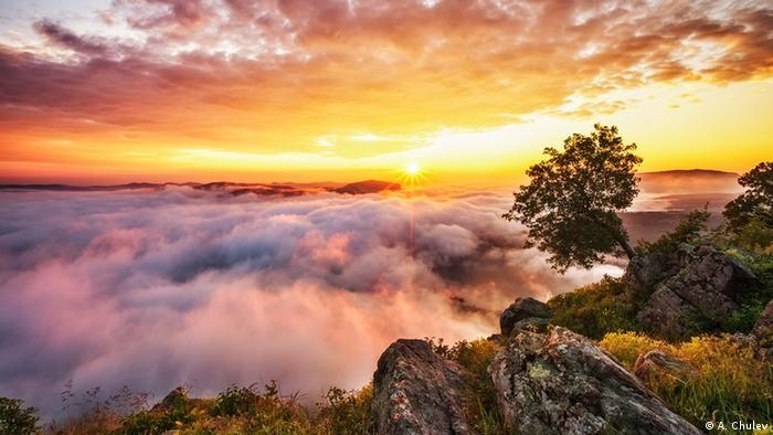 Така изглежда изгревът от крепостта Моняк в Родопите