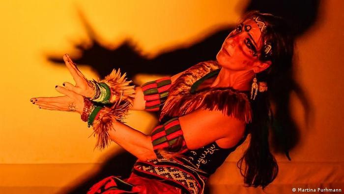 Danza prehispánica interpretada por Saide Sesín.