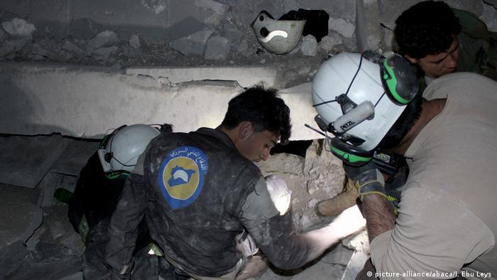 Syrien Bergungsarbeiten nach Luftangriffen auf Moschee in Aleppo (picture-alliance/abaca/I. Ebu Leys )