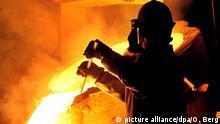 ARCHIV - Ein Arbeiter entfernt in der Edelstahl-Gießerei Otto Junker in Simmerath (Kreis Aachen) Schlacke bei einem Abstich (Archivfoto vom 21.07.2009). Für die 75 000 Beschäftigten der nordwestdeutschen Eisen- und Stahlindustrie fordert die Gewerkschaft IG Metall fünf Prozent mehr Geld. Das beschloss die Tarifkommission der Gewerkschaft am Dienstag in Sprockhövel im Ruhrgebiet. Foto: Oliver Berg/dpa +++(c) dpa - Bildfunk+++   Verwendung weltweit