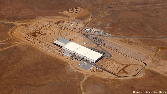 Завод Tesla Gigafactory по производству аккумуляторов для электромобилей в Неваде