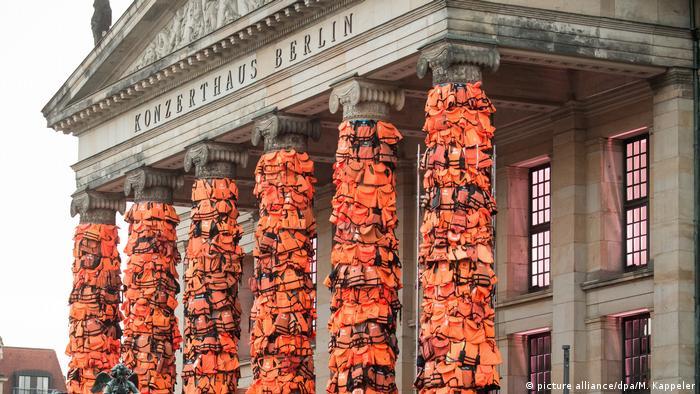 Rettungswesten an den Säulen des Konzerthauses Berlin