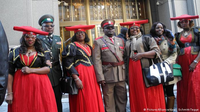 Herero and Nama representatives in front of a court in New York (Picture-Alliance/dpa/J. Schmitt-Tegge)