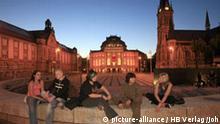 Deutschland: Chemnitz - Jugendliche auf dem Theaterplatz