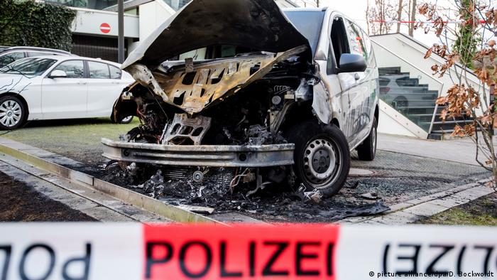 Burnt-out police union vehicle(picture alliance/dpa/D. Bockwoldt)