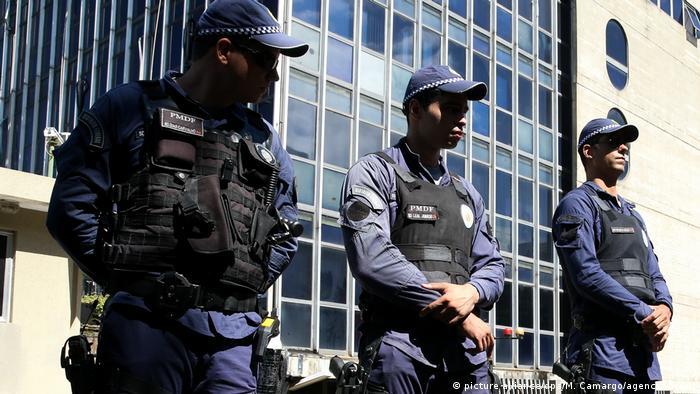 Policías vigilan la Corte Suprema de Justicia de Brasil, en Brasilia.