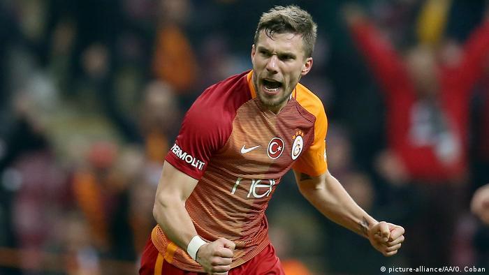 Podolski festeja um gol para o Galatasaray