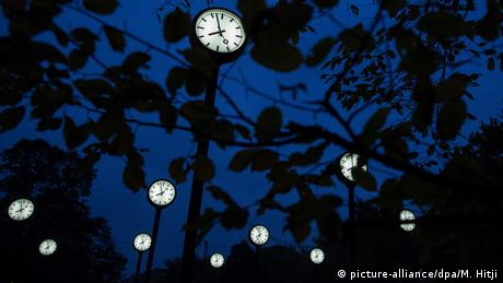 Clocks in the trees (picture-alliance/dpa/M. Hitji)