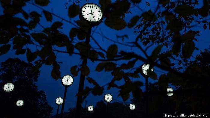 Düsseldorf - Uhren im Baum
