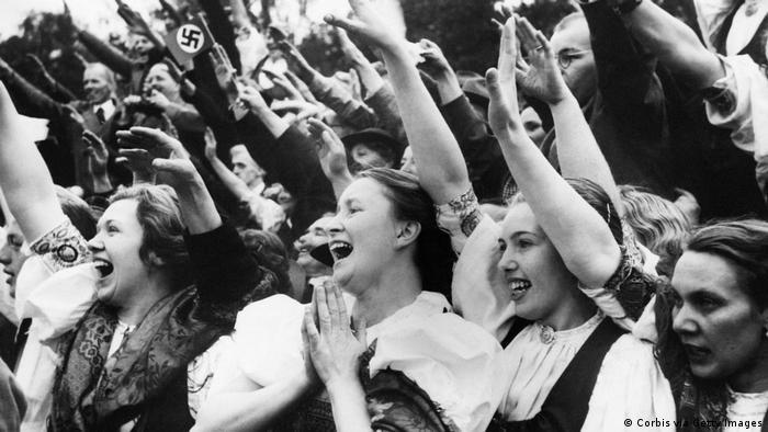 Жители Судетской области приветствуют Гитлера в октябре 1938 года