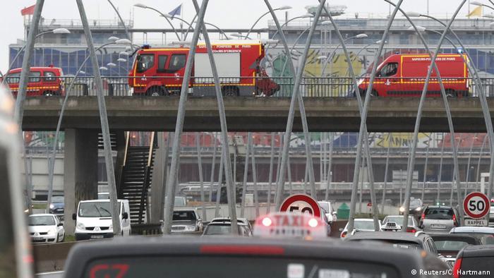 Frankreich Flughafen Paris Orly, Angreifer auf Soldaten erschossen (Reuters/C. Hartmann)