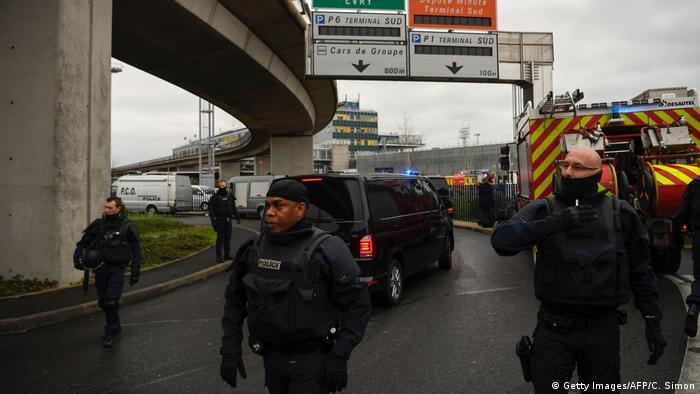 Frankreich Flughafen Paris Orly, Angreifer auf Soldaten erschossen (Getty Images/AFP/C. Simon)