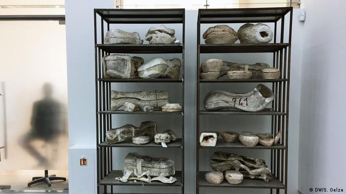 Shelf filled with ceramics (DW/S. Oelze)
