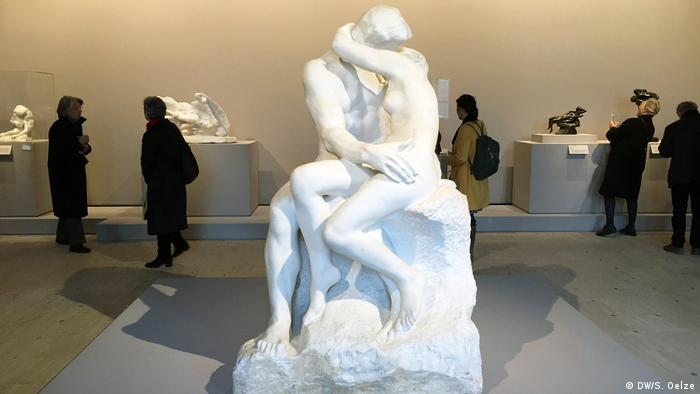 The Kiss sculpture on display in museum (DW/S. Oelze)