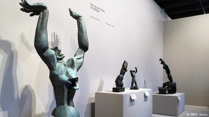 Four sculptures, all throwing hands up (DW/S. Oelze)