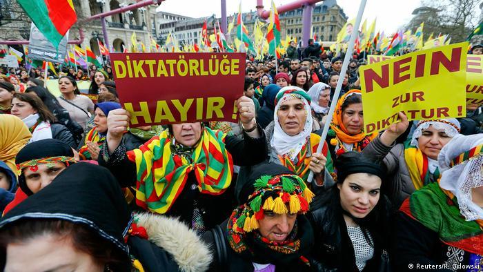 Deutschland Zehntausende Kurden gehen in Frankfurt auf die Straße (Reuters/R. Orlowski)