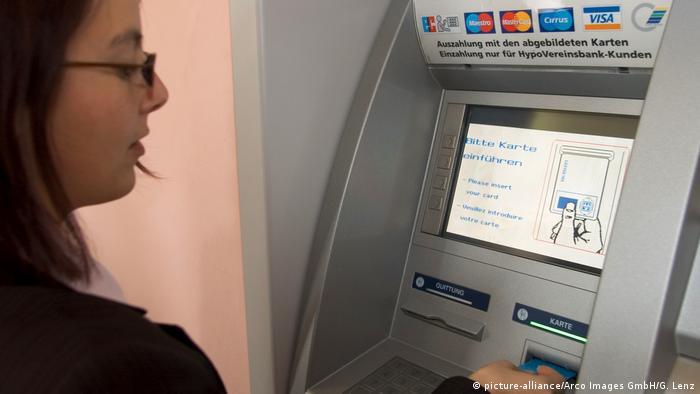 Deutschland Frau am Geldautomat