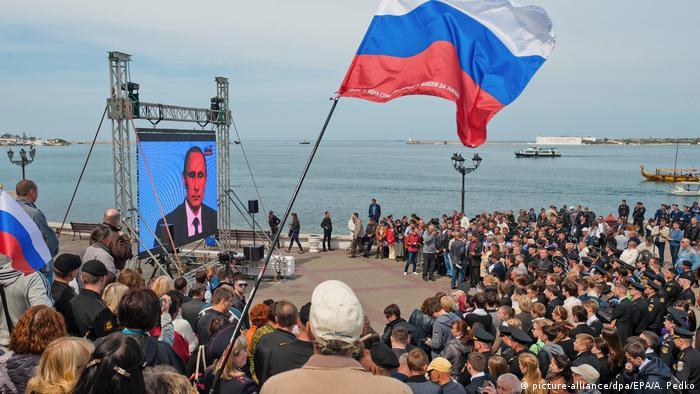 Місцеві жителі Севастополя святкують річницю анексії Криму