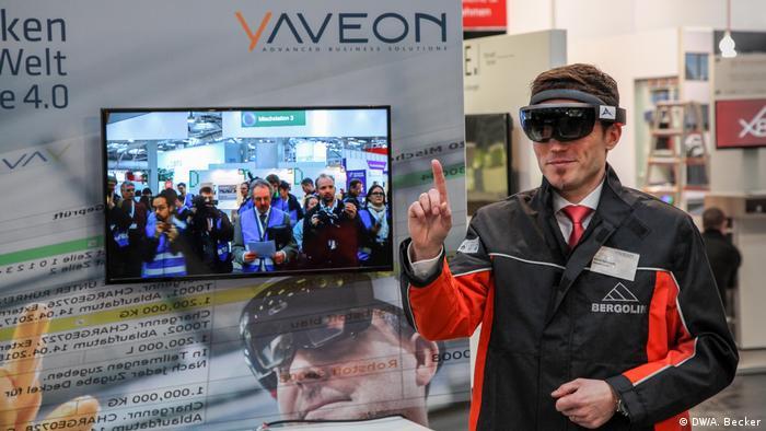 Funcionário demonstra uso de óculos de realidade virtual na indústria