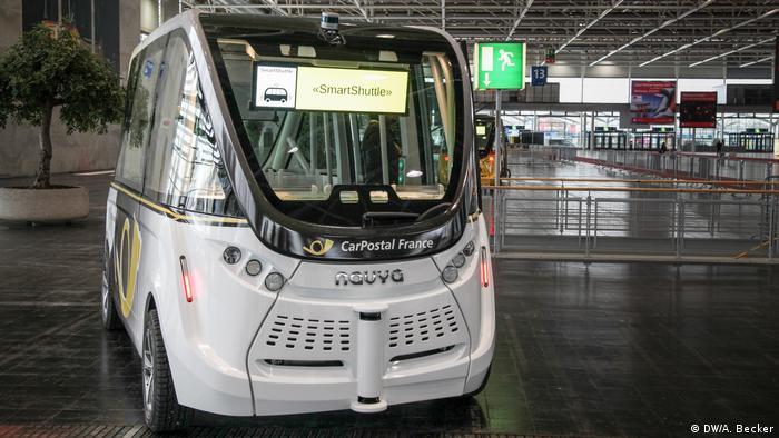 Micro-ônibus autônomo percorre pavilhão da Cebit