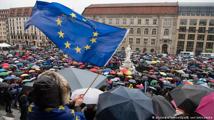 Pulse-of Europe-Kundgebung auf dem Gendarmenmarkt in Berlin (Foto: picture-alliance/dpa/B. von Jutrczenka)