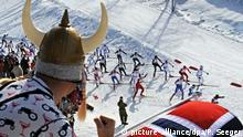 ARCHIV - Ein norwegischer Fan mit Wikinger-Helm und Nationalflagge feuert am 06.03.2011 in Oslo die Langläufer beim 50 Kilometer Massenstart bei den nordischen Ski-Weltmeisterschaften an. Das Glück ist in Nordeuropa zuhause - jedenfalls, wenn man dem jährlichenWeltglücksreport Glauben schenkt. Aber was haben die Norweger und Dänen, das andere neidisch gen Norden schielen lässt? (zu dpa Glücklich im Norden:Was ist das Geheimnis derWikinger-Nachfahren? vom 20.03.2017) Foto: Patrick Seeger/dpa +++(c) dpa - Bildfunk+++ | Verwendung weltweit