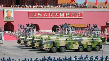 Головна зовнішньополітична проблема - Китай Згідно із соцопитуваннями, більшість американців негативно ставляться до Китаю. Новий держсекретар Ентоні Блінкен уже назвав КНР головною зовнішньополітичною проблемою США на найближчі роки. В одному з інтерв'ю Байден заявив, що провів з головою КНР Сі Цзіньпіном більше часу, ніж будь-який інший політик у світі. Цей хлопець не має жодної демократичної кістки в тілі, - зауважив Джо Байден.