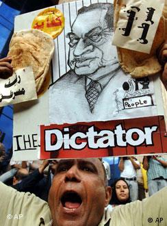 يرى إسحاق أن كفاية رفعت سقف النقد ليطاول الرئيس مبارك شخصيا