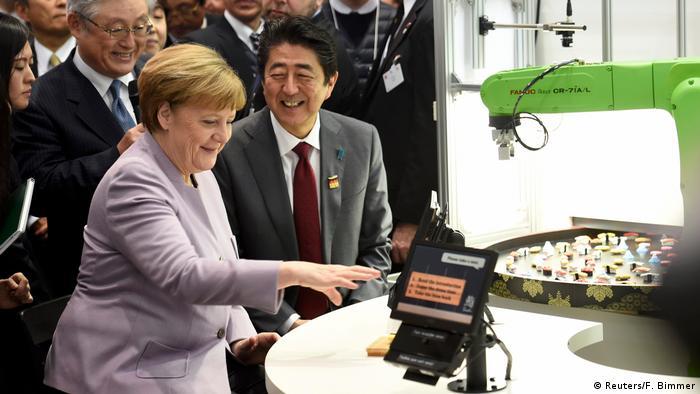 Chanceler alemã, Angela Merkel, visita Cebit, acompanhada do premiê japonês, Shinzo Abe