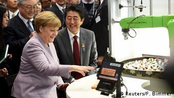 Mέρκελ και Άμπε στο περίπτερο της Hitachi στην Cebit (Reuters/F. Bimmer)