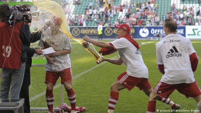 Podolski acerta um banho de cerveja em Schweinsteiger