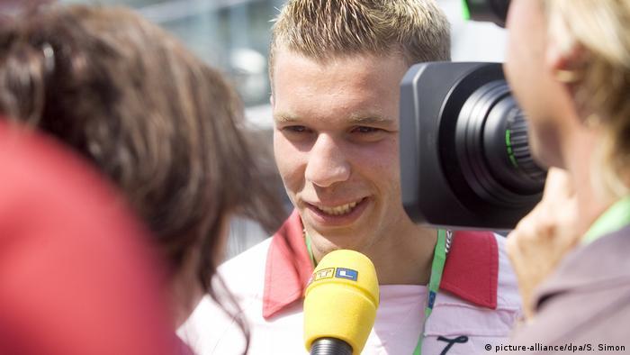 Lukas Podolski dá uma entrevista para a televisão