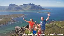 ARCHIV 2014 ****A family poses for a picture on a summit in Lofoten, Norway July 19, 2014. Picture taken July 19, 2014. Nils-Erik Bjoerholt/NTB Scanpix/via REUTERS ATTENTION EDITORS - THIS IMAGE WAS PROVIDED BY A THIRD PARTY. FOR EDITORIAL USE ONLY. NORWAY OUT. NO COMMERCIAL OR EDITORIAL SALES IN NORWAY.