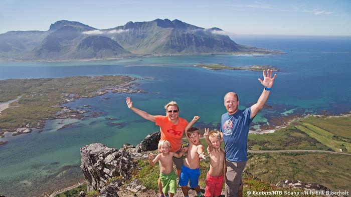 Norwegen Famileie an der Bergspitze Lofoten (Reuters/NTB Scanpix/Nils-Erik Bjoerholt)
