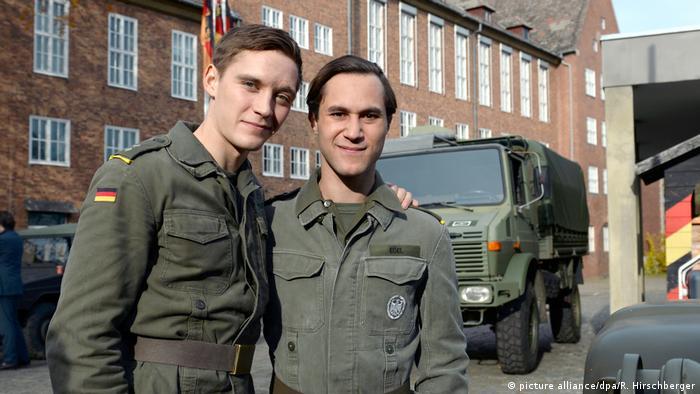 Der Hauptdarsteller Jonas Nay (l.) und Ludwig Trepte posieren bei den Dreharbeiten für Deutschland 83 (picture alliance/dpa/R. Hirschberger)