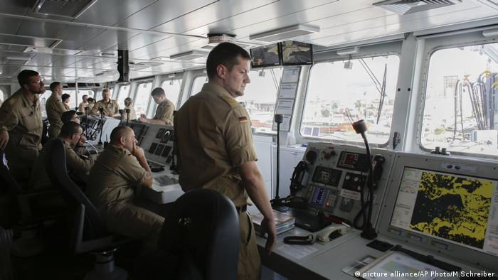 German crew members aboard warship FGS Bonn (picture alliance/AP Photo/M.Schreiber)